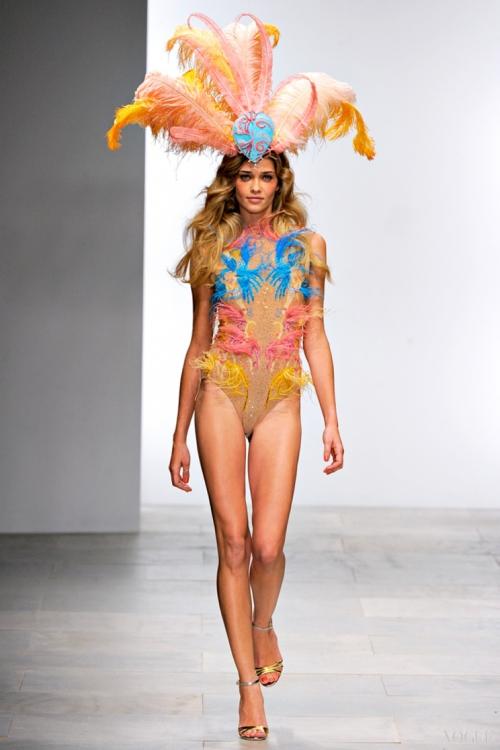 Ана Бетрис Баррос закрыла показ Issa London на неделе моды в Лондоне весна-лето 2012