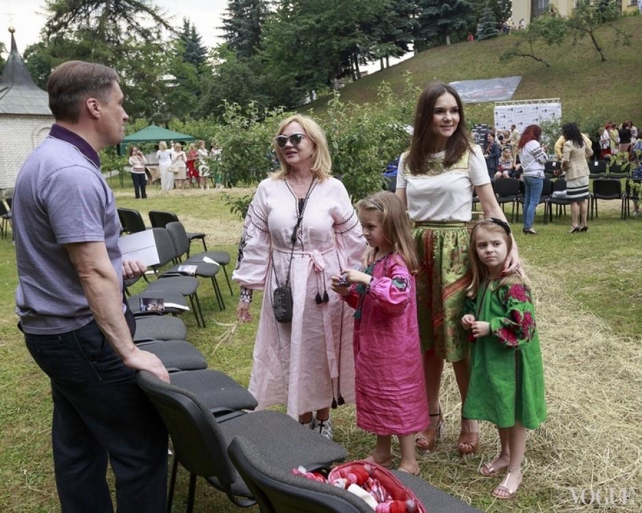 Алена Лавренюк с мамой и дочерьми