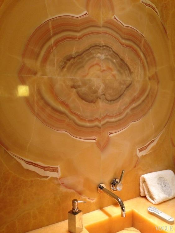 Отделанная ониксом ванная
