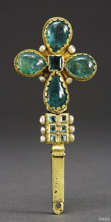 Крест из золота с изумрудами и жемчугом, Колумбия или Эквадор, около 1600. Выставка «Избранные. Портреты и украшения колониальной Латинской Америки»