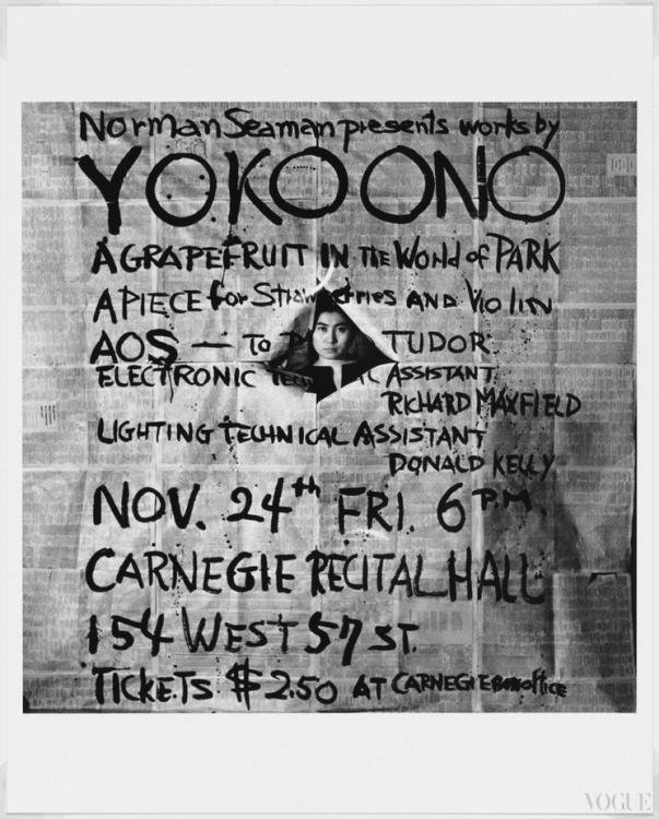 Портрет художницы с Works by Yoko Ono, 1961, ее постером к концерту в Карнеги-холле, Нью-Йорк. Фото Джорджа Мациюнаса