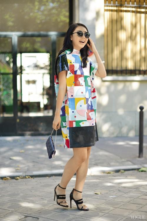 Стилист Ювей Жангзоу в платье Junya Watanabe, Париж