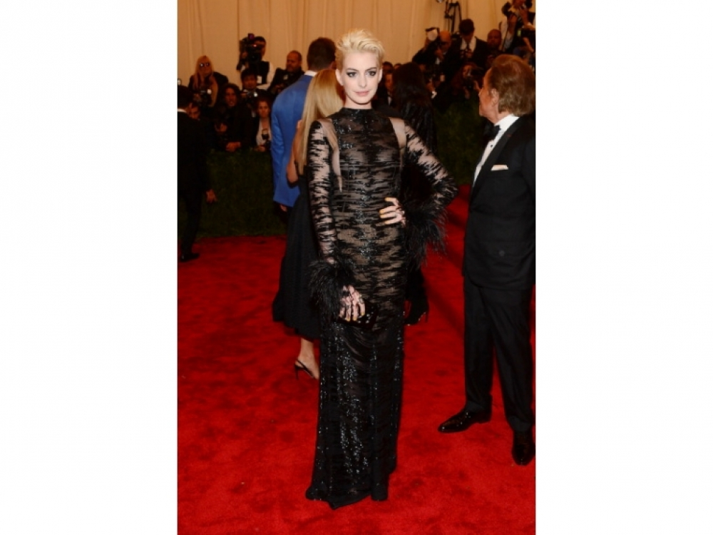 Энн Хэтэуэй в Valentino Couture