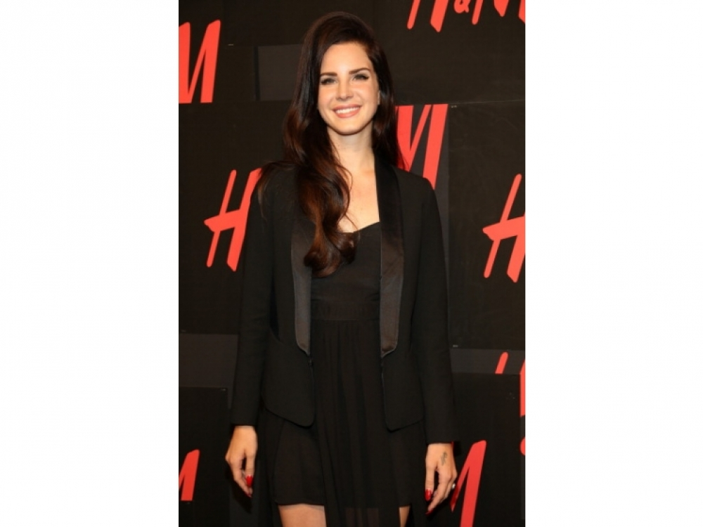 В платье и жакете H&M