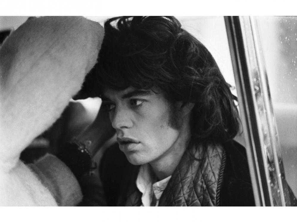 """29 октября 1968 года: Мику Джаггеру поправляют парик во время съемок фильма """"Представление"""" (Performance) режиссера Николаса Роуга, в котором музыкант сыграл самого себя"""