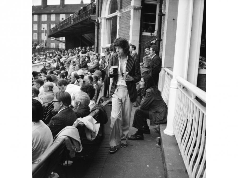 10 августа 1972 года: Мик Джаггер возвращается на свое место на стадионе Oval в Кеннингтоне, где он вместе с женой Бьянкой смотрит соревнования по крикету между Англией и Австралией