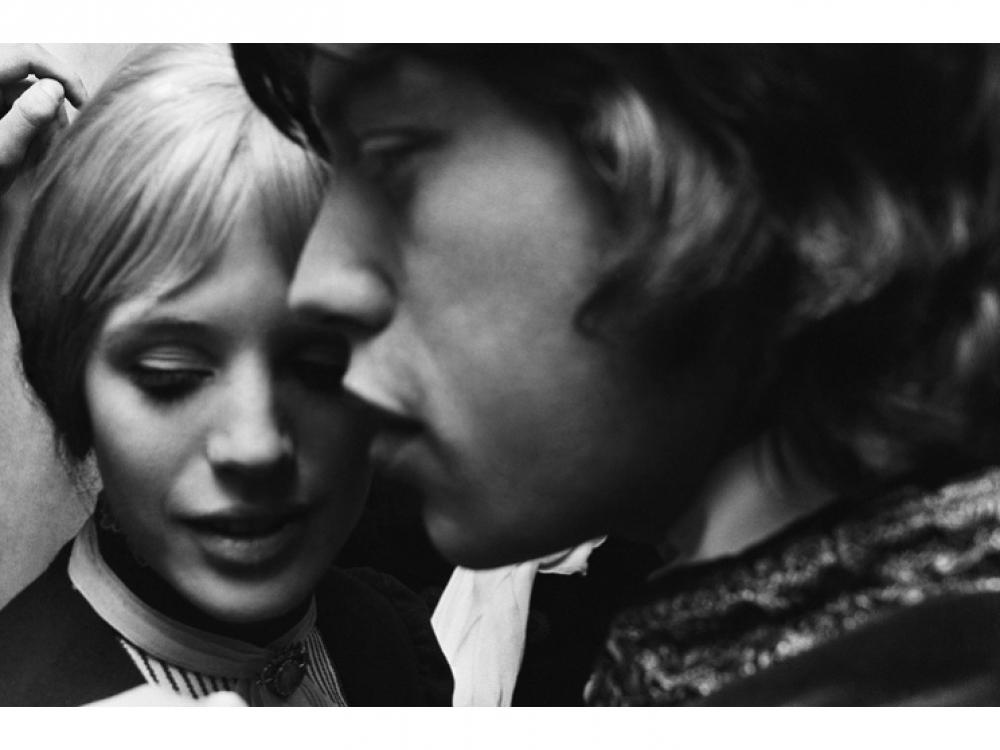 """Мик Джаггер пришел поддержать свою возлюбленную актрису Марианну Фейтфул: фото сделано за кулисами после ее первого выступления в роли Ирины из пьесы Чехова """"Три сестры"""" в театре Royal Court в Лондоне, 24 апреля 1967 года"""