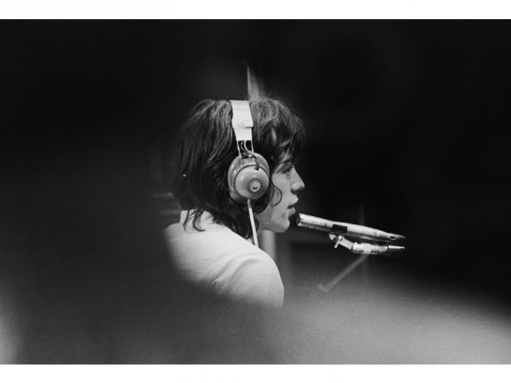 """Мик в студии звукозаписи в Лондоне во время съемок фильма """"Симпатия к дьяволу"""" (также известного как """"Один плюс один») французского режиссера Жан-Люка Годара, 30 июля 1968 года. В кинокартине Годара группа Rolling Stones исполняет одноименную песню Sympat"""