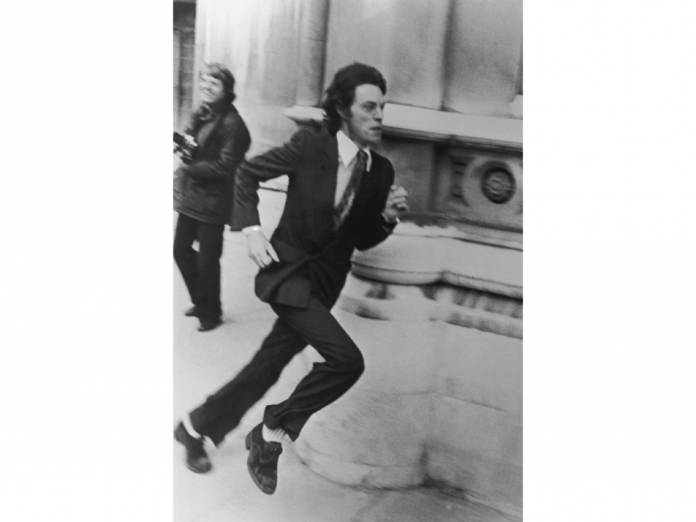 Певец выбегает из здания суда в Лондоне во время развода с Бьянкой Джаггер, с которой он прожил 8 лет, 3 мая 1979 года