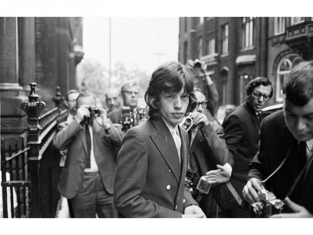 31 июля 1967 года: окруженный фотокорреспондентами, Мик Джаггер прибыл в суд Лондона, чтобы обжаловать свое обвинение в хранении и употреблении наркотиков. Приговор Мика был сокращен до трех месяцев лишения свободы условно с испытательным сроком