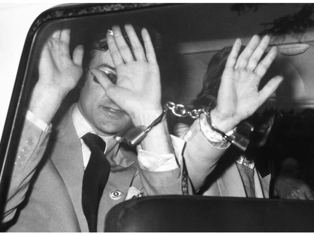 Директор лондонской художественной галереи и известный драг-дилер Роберт Фрейзер (слева) и Мик Джаггер пытаются скрыть лица от объективов, обвиняемые в употреблении наркотиков, 29 июня 1967 года