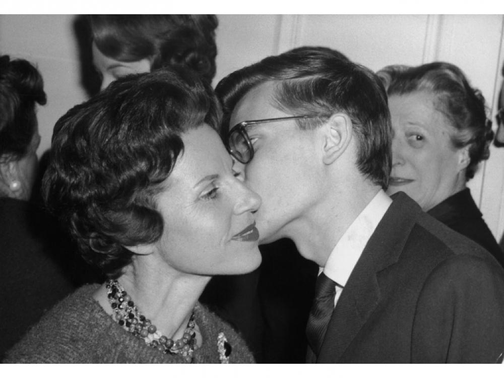 Мама Ива Сен-Лорана поздравляет сына с успешной коллекцией для Dior, 1959.