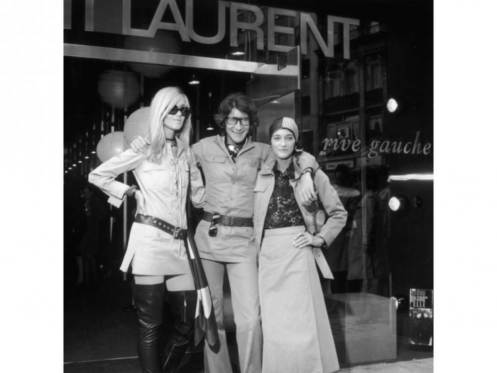 С музами всей его жизни Бетти Катру и Лулу де ла Фалез в 1969 году. Для одной он создавал куртки-сафари, а для другой цыганские сарафаны.