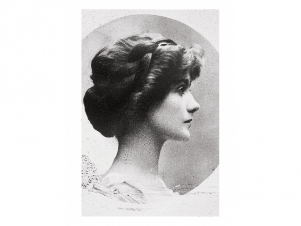 Коко Шанель с длинными волосами, 1909