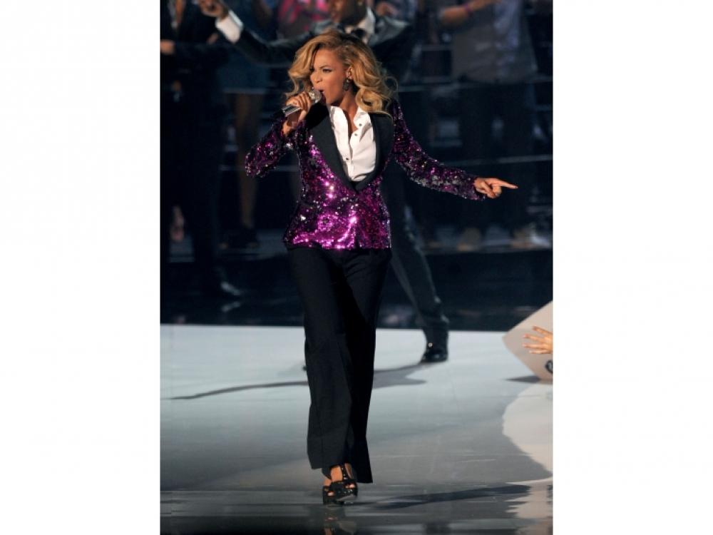 2011 год: в жакете Dolce & Gabbana во время выступления на MTV Video Music Awards