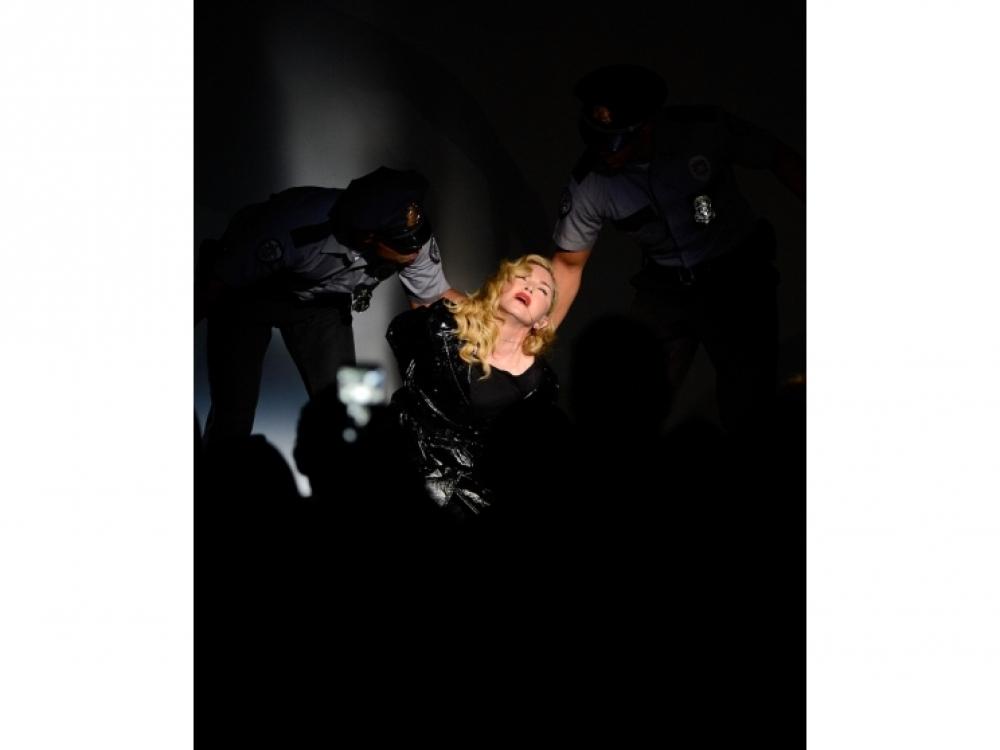 Мадонна во время перформанса