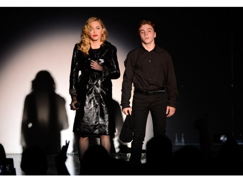 Мадонна и ее сын Рокко Ричи во время перформанса