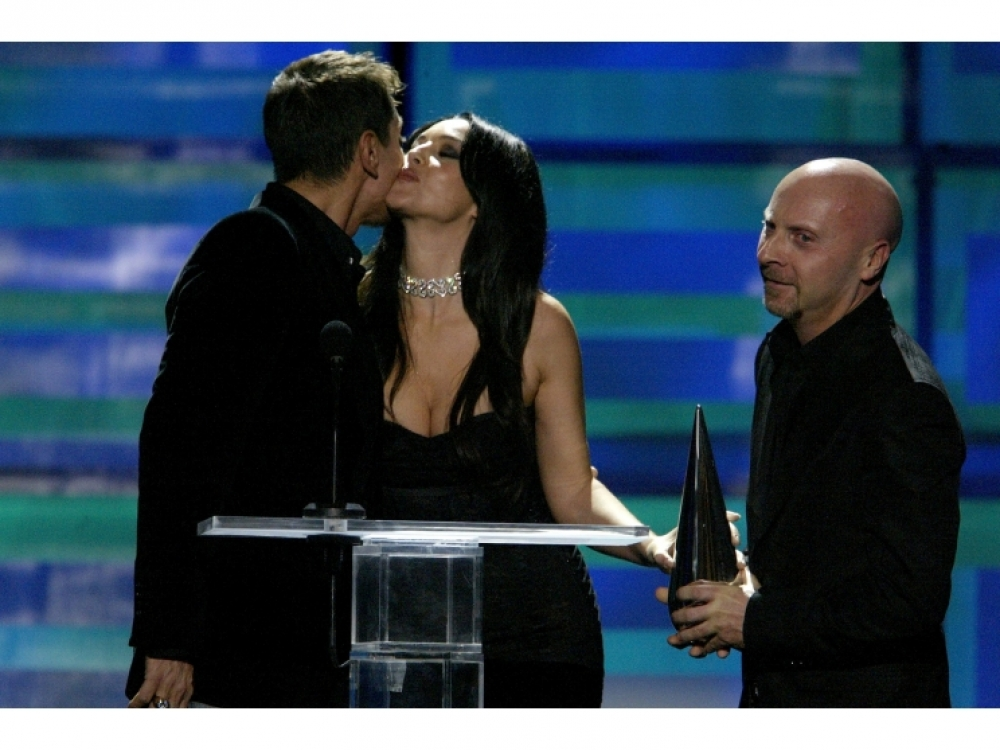 "Моника Беллуччи вручает награду Доменико и Стефано на церемонии GQ ""Человек года"", 2003 год"