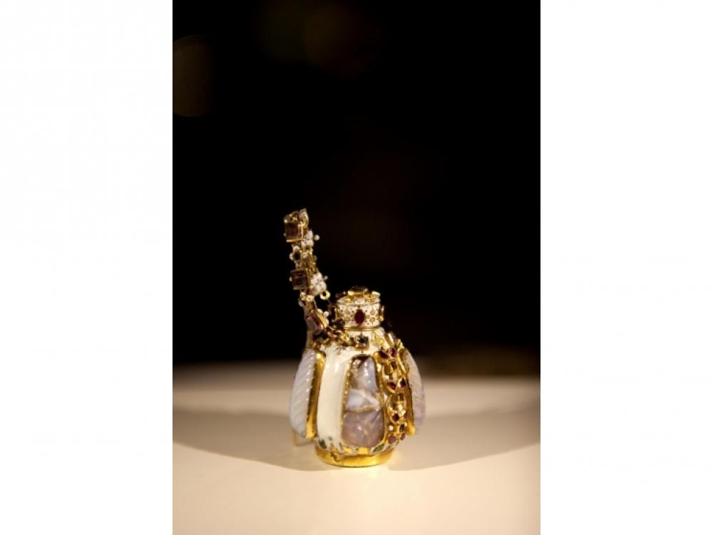 Парфюмерный флакон, белая эмаль, золото, халцедон, рубины, сапфиры и бриллианты