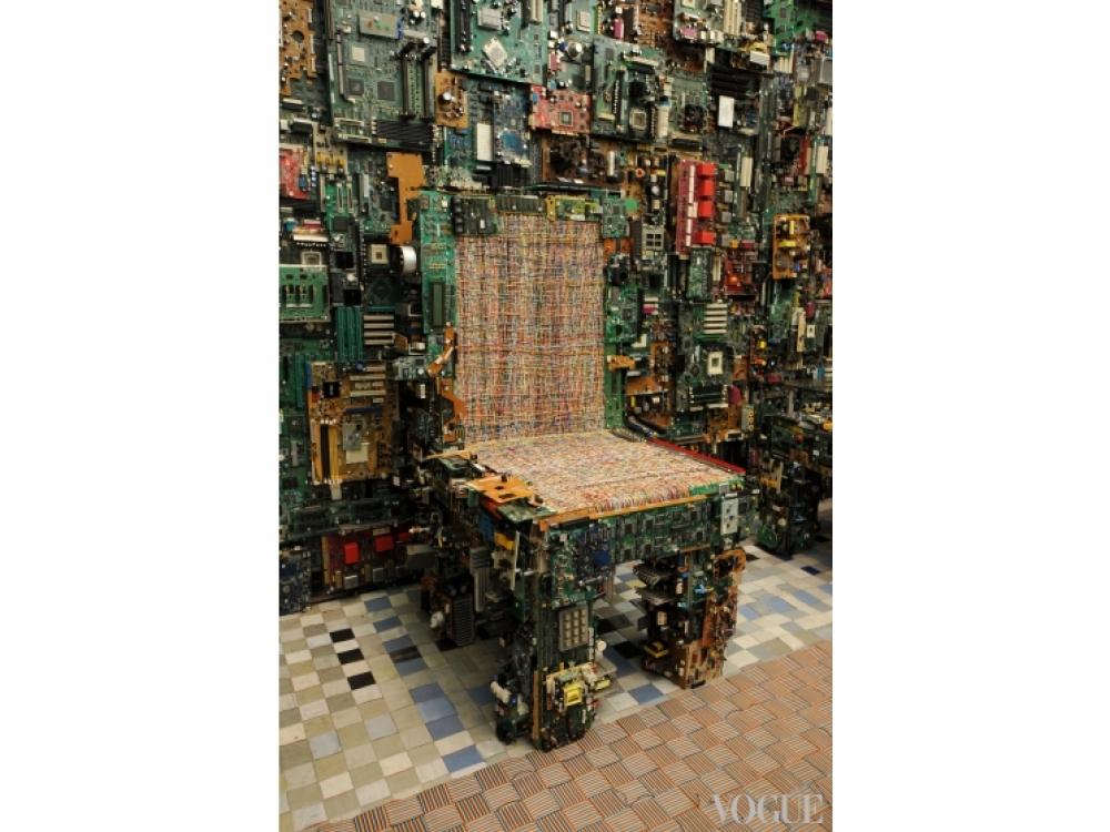 Стул Binary, покрытый материнскими платами и компьютерными чипами и созданный студией Бенджамина Роллинса Колдуэлла BRC Designs