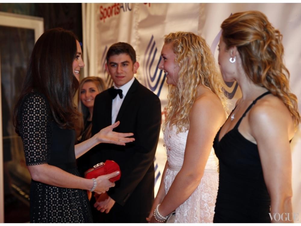Кэйт Миддлтон общается с молодыми гребцами