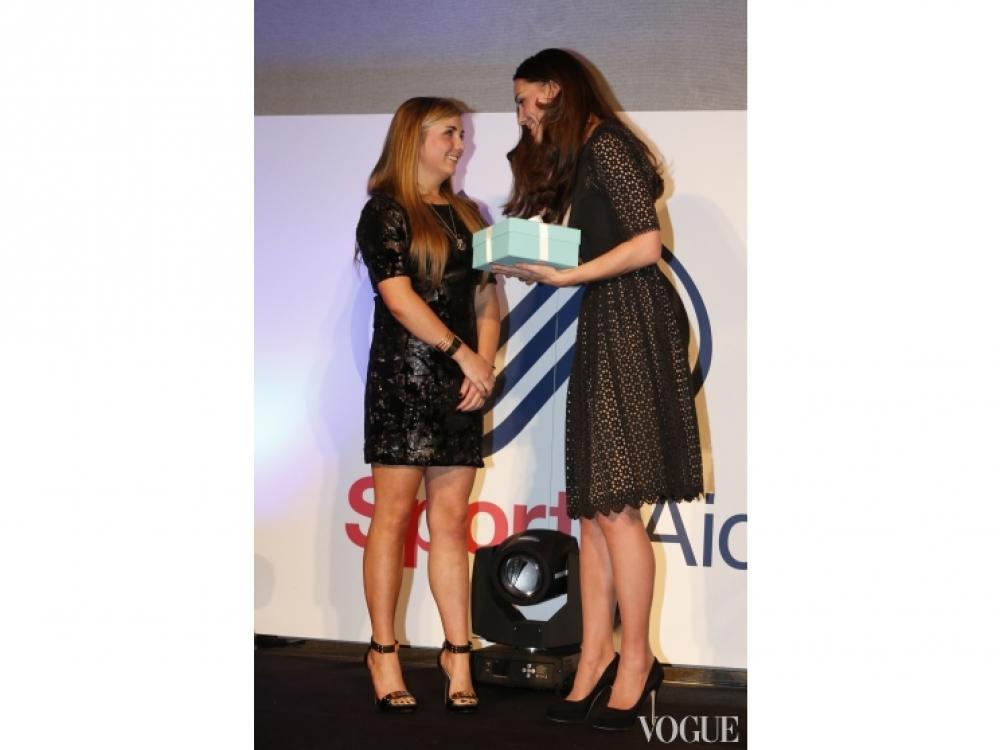 Кэйт Миддлтон вручает награду юной спортсменке Амбер Хилл