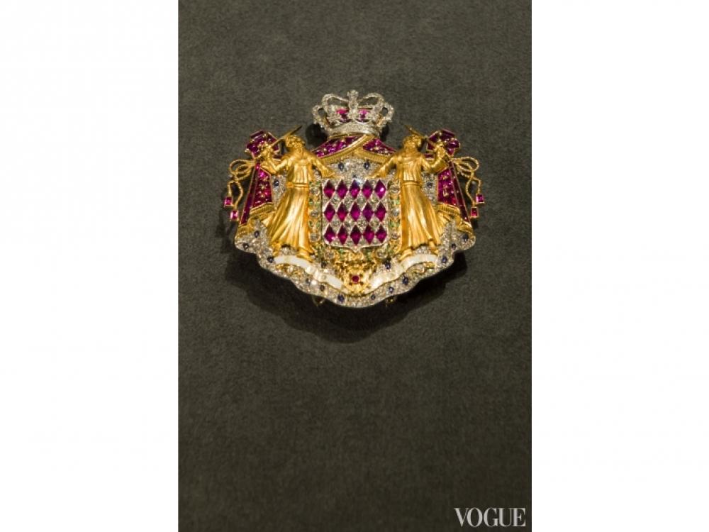 Брошь с гербом Монако, золото, алмазы, изумруды, сапфиры и рубины