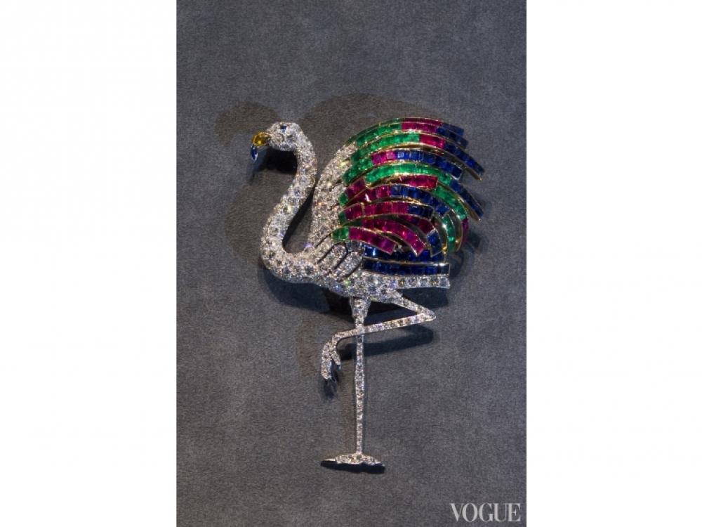 Брошь в форме фламинго, 1940 год, платина, золото, алмазы, изумруды, сапфиры, рубины и цитрин
