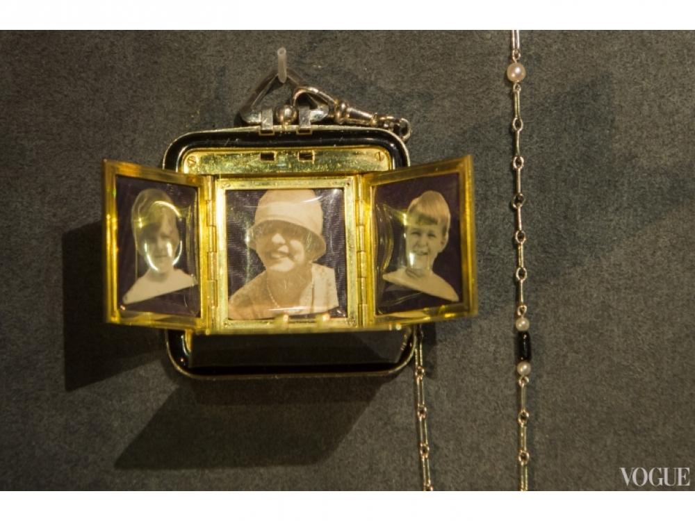 Фамильный кулон, датированный 24 октября 1926 года, с фотографиями принцессы Монако Антуанетты, принцессы Монако Шарлотты Гримальди и принца Монако Ренье