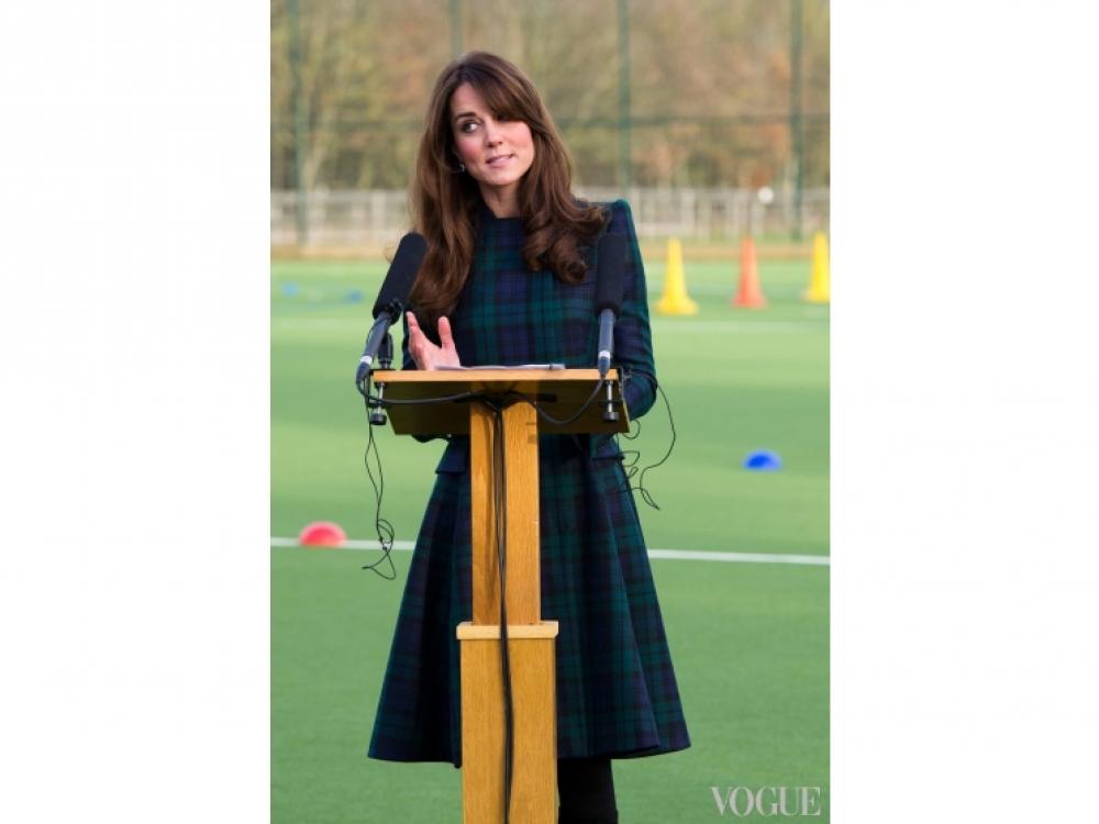Кейт Миддлтон на открытии нового игрового поля на территории школы St. Andrew's, 30 ноября 2012 года