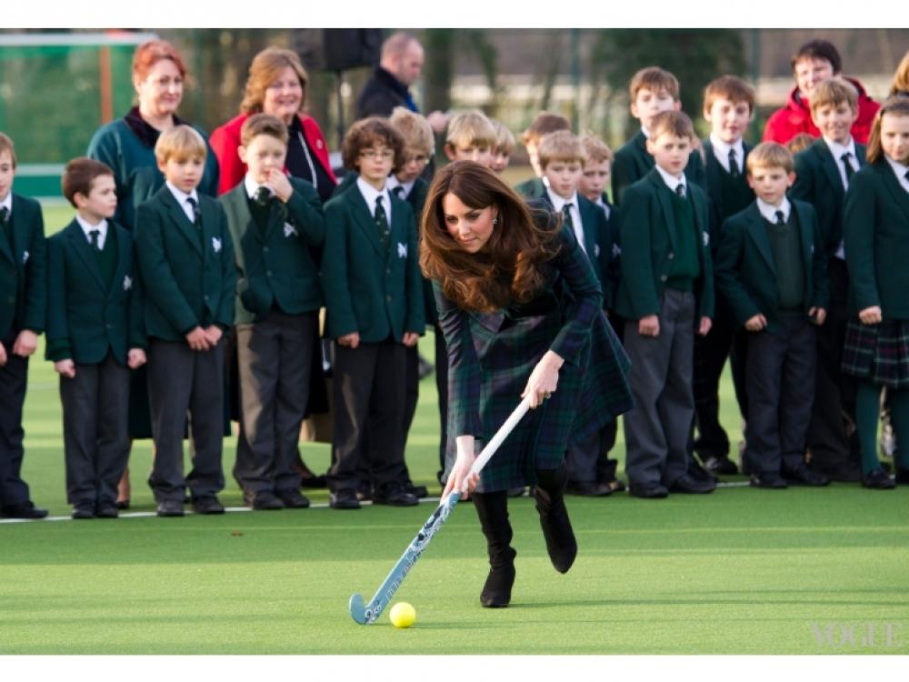 Кейт Миддлтон играет в хоккей с учениками школы St. Andrew's, 30 ноября 2012 года