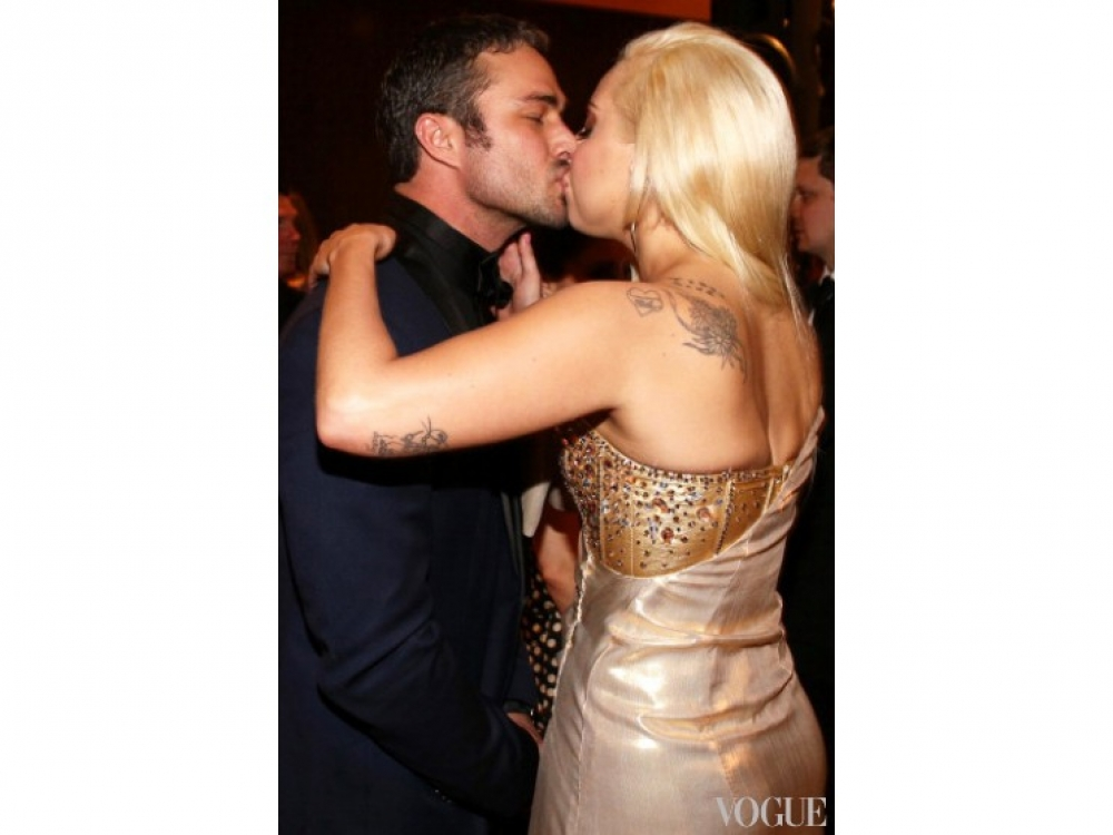 Леди Гага страстно целует Тейлора Кинни