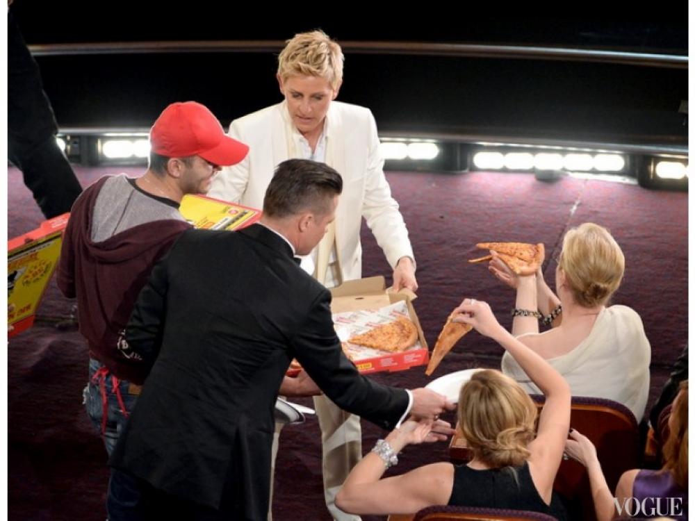Эллен Дедженерс угощает пиццей Брэда Питта