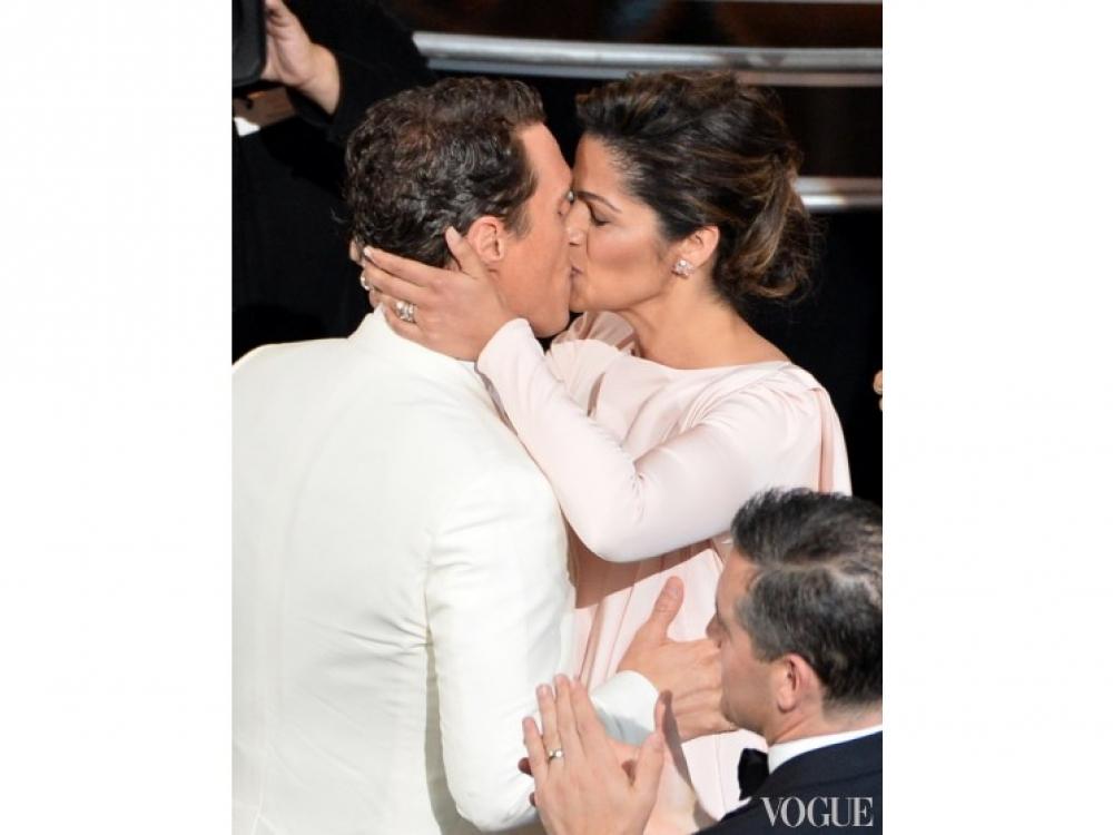 Мэттью Макконахи целует супругу