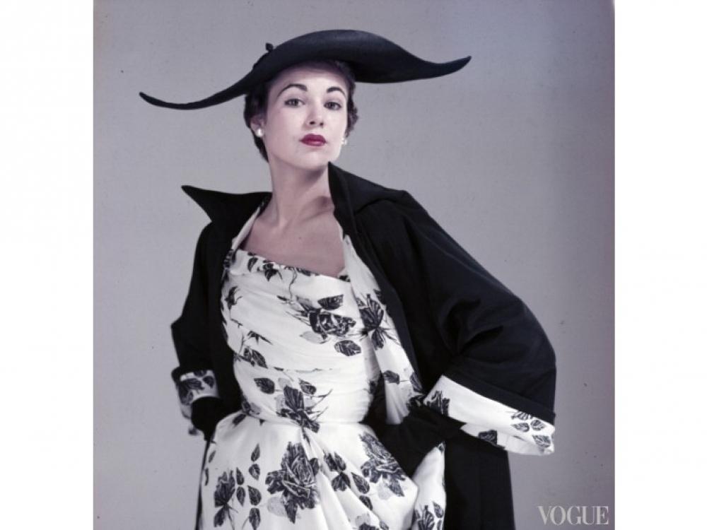 На модели: платье, пальто и шляпа из весенней коллекции haute couture 1954 года