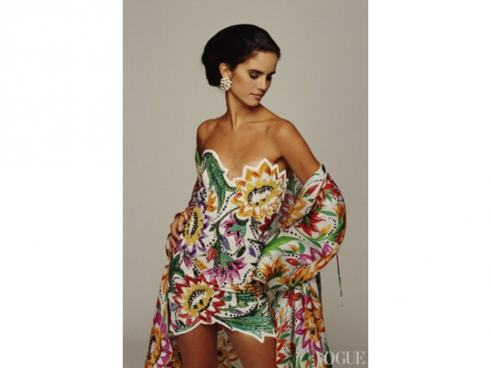 На модели: мини-платье и шаль Renato Balestra, 1991 год