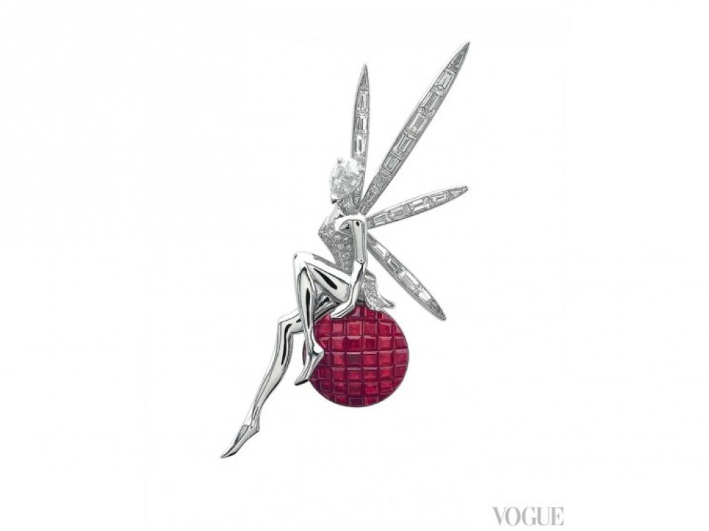 Брошь Fee Caresse d'Eole, белое золото, бриллианты, рубины в невидимой оправе, Van Cleef?&?Arpels