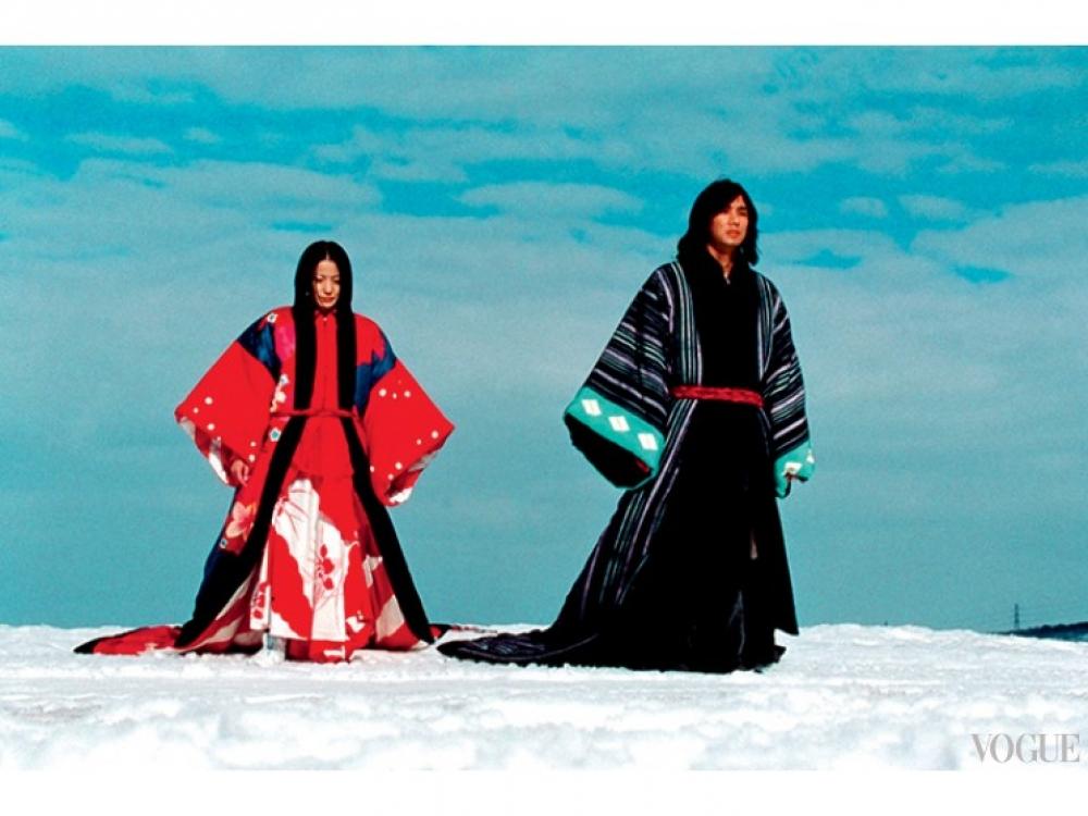 Кадр из фильма «Куклы» Такеши Китано, 2002. Герои одеты в куртки-кимоно и брюки хакама