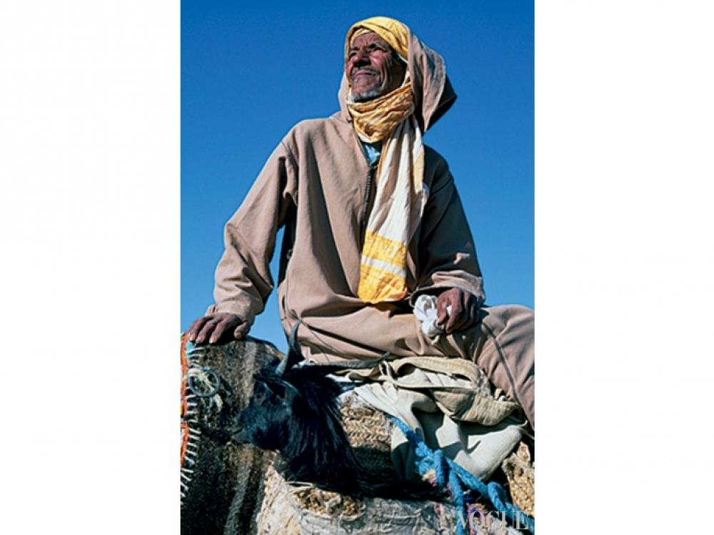 Мужчина в традиционной одежде берберов джеллабе