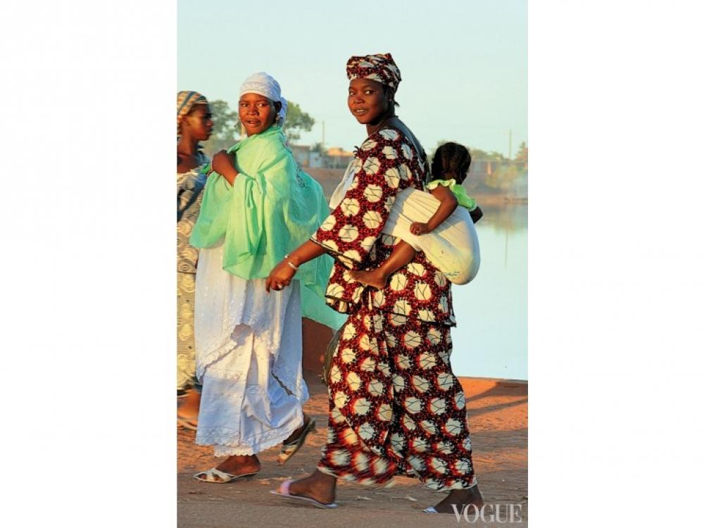 Женщина из племени Мопти в традиционном платье бубу, Мали