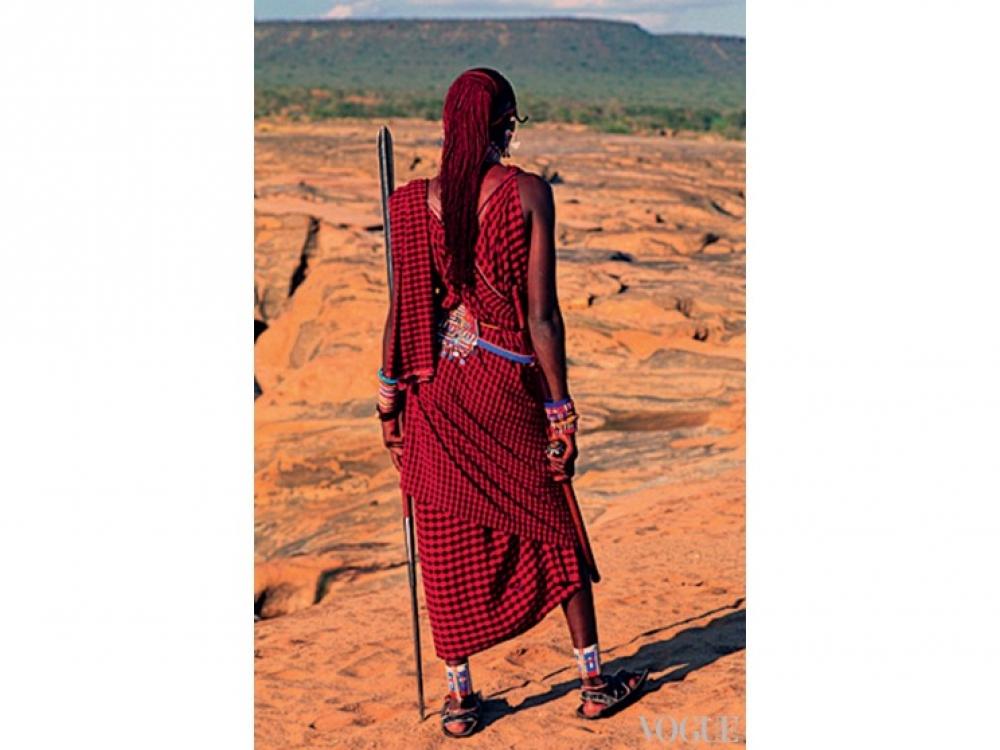 Девушка племени Масаи в традиционных украшениях и юбке чука
