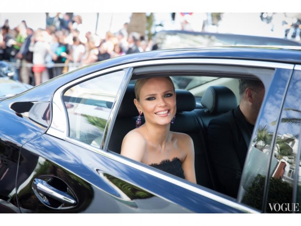 Наташа Поли по дороге ко Дворцу фестивалей. Фото: ©Sebastien Calvet or Julien Lutt for L'Or?al Paris