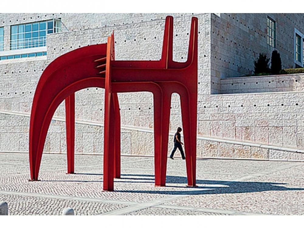Скульптура перед Культурным центром Белем