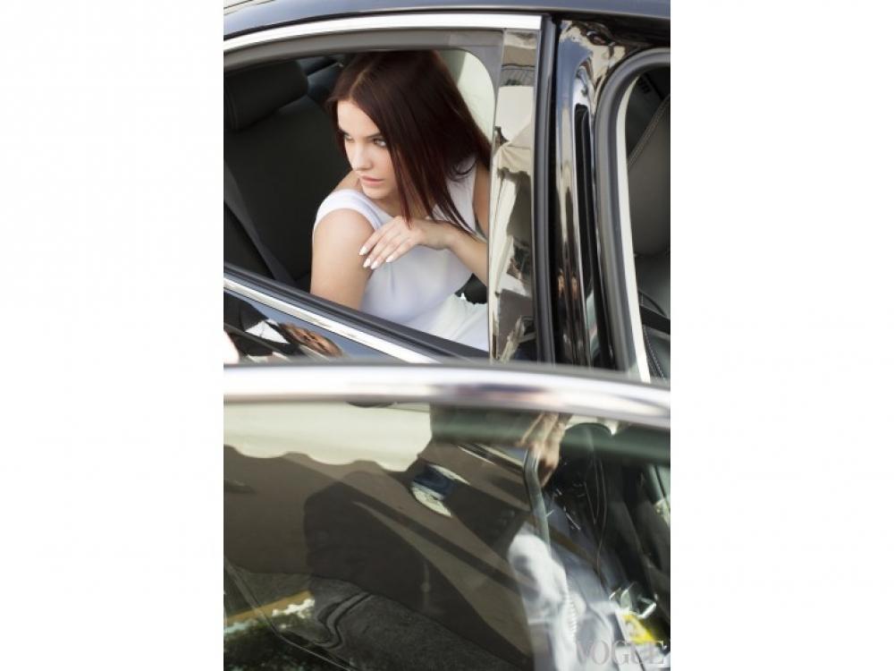 Барбара Палвин в автомобиле, который подвозит звезд к красной дорожке