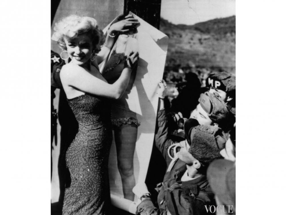 Мэрилин Монро подписывает постер с собственным изображением (1955 год)