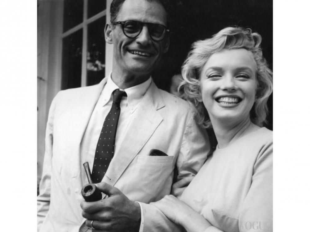 Артур Миллер и Мэрилин Монро на пороге собственного дома в английском Энглфилд Грин (1956 год)