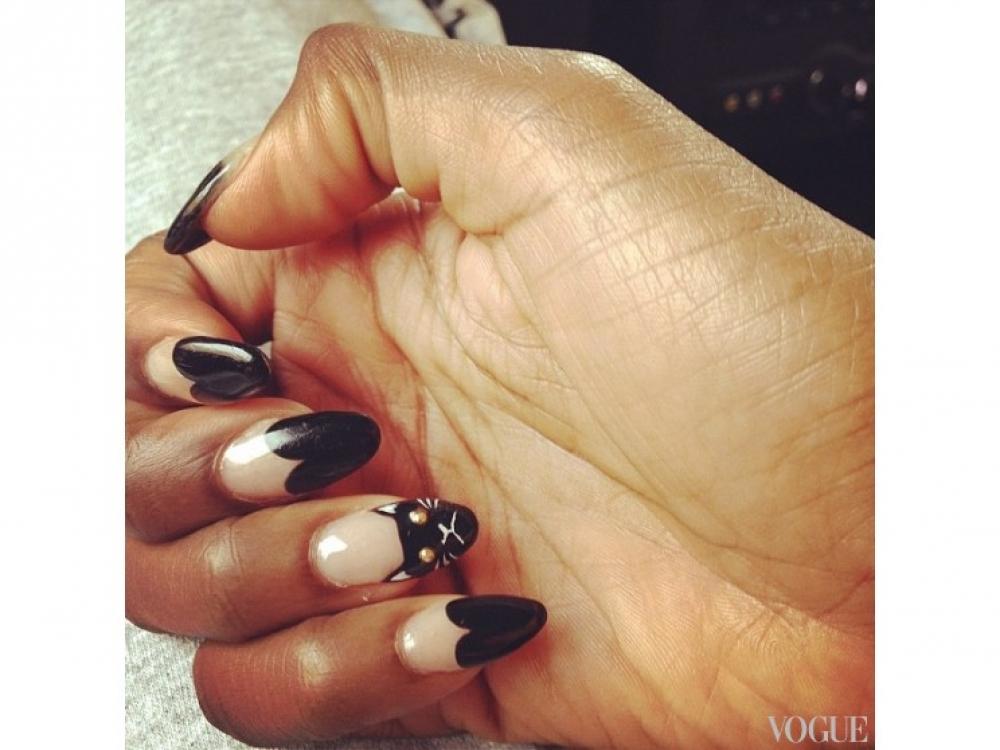 Эстель носит на ногтях французский маникюр сердцеобразной формы, а на безымянном пальце рисует изображение кота