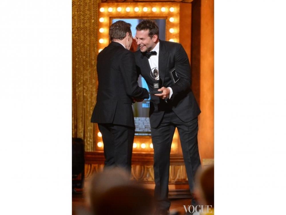 Брэдли КУпер вручает награду Брайану Крэнстону