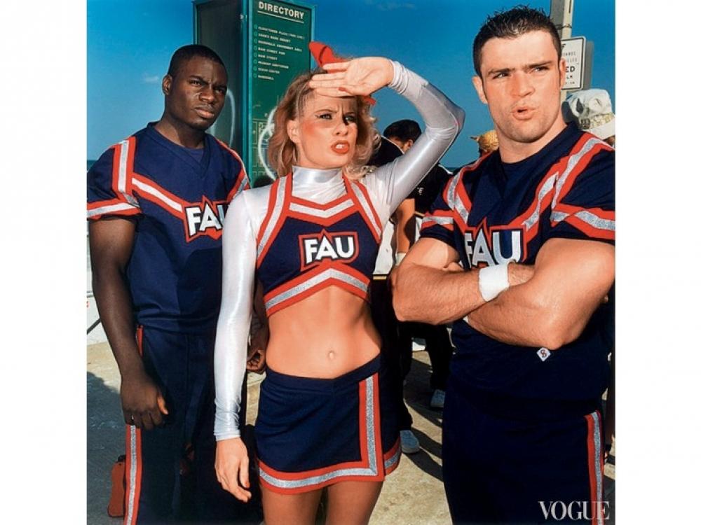Брайан Финке, Untitled (Cheerleading №?81), 2002. Цветная фотография 76,2?x?76,2 см