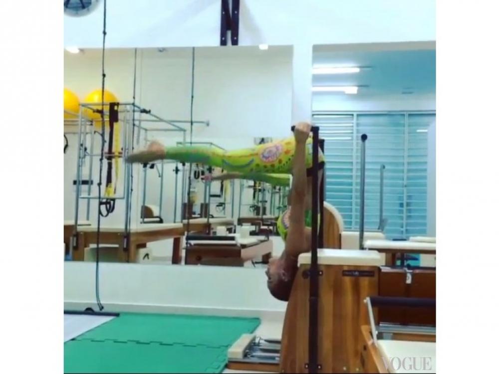 Изабель Гулар выполняет упражнение во время пилатеса